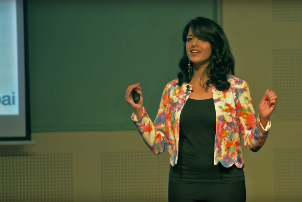 Foto van sprekende Malavika VaradanTED talk 7 Ways to Make a Conversation With Anyone